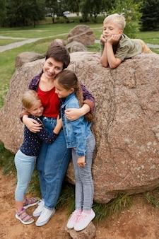 Femme pleine de coups tenant des enfants