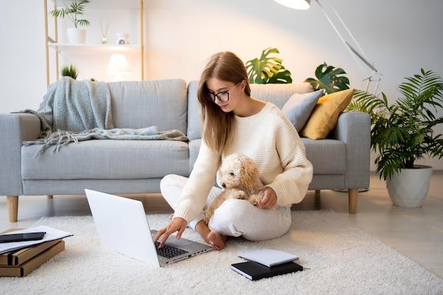 Femme pleine de coups travaillant avec un chien mignon