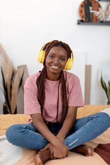 Femme pleine de smiley avec des écouteurs