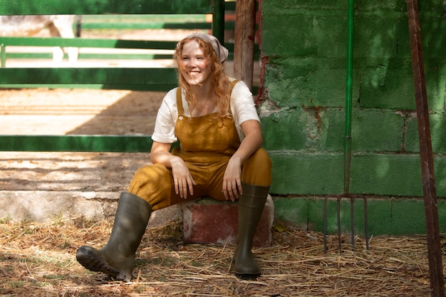 Femme pleine de smiley à la ferme