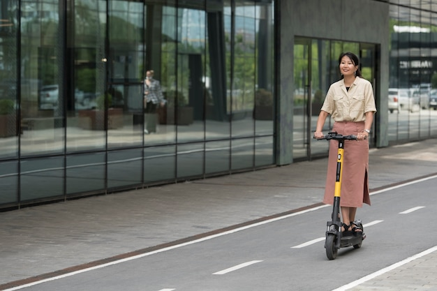 Femme pleine de smiley avec scooter