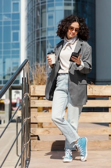 Femme pleine de tir avec une tasse de café