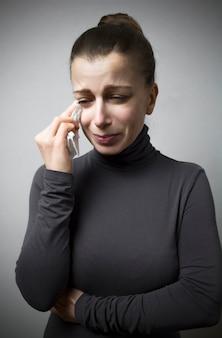 La femme pleure. chagrin, malchance, tragédie.
