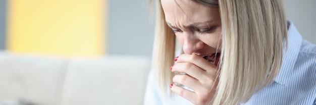 Une femme pleure et regarde l'écran du smartphone en train d'espionner le concept de partenaires de médias sociaux
