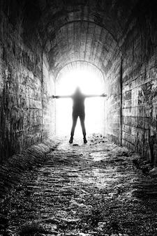 La femme plonge dans la lumière laiteuse au bout du tunnel le mourant sort dans la lumière au bout du couloir