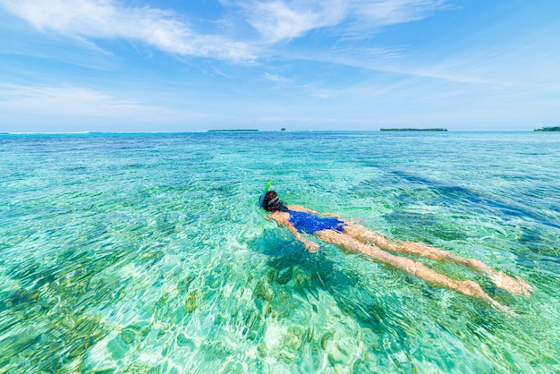 Femme plongée en apnée dans les caraïbes sur les récifs coralliens d'eau bleue turquoise tropicale.
