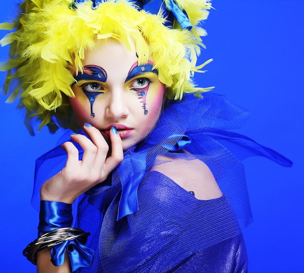 Femme avec plume de perruque jaune