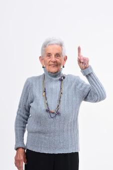 Femme plus âgée avec un doigt en forme de numéro un