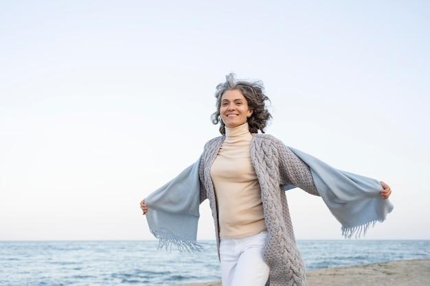 Femme plus âgée profitant de son temps à la plage