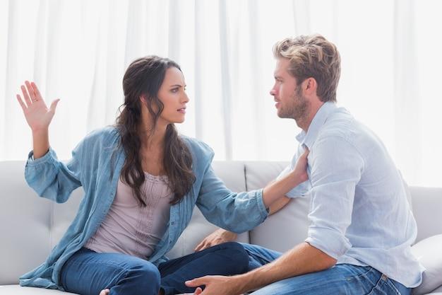 Femme sur le point de gifler son partenaire