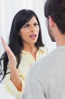 Femme sur le point de gifler son petit ami