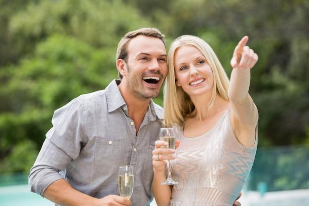 Femme, pointage, debout, par, homme, tenue, flûte champagne