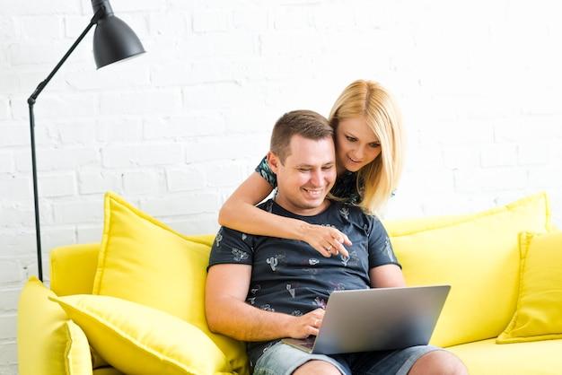 Femme, pointage, écran, quoique, homme, utilisation, ordinateur portable