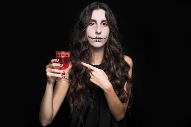 Femme, pointage, verre, à, rouge, liquide