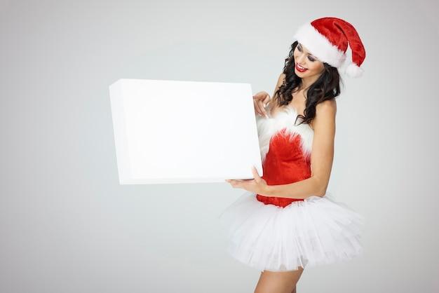 Femme pointant sur une bannière vide