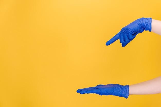 Femme pointant sur la paume sur l'espace de copie de côté