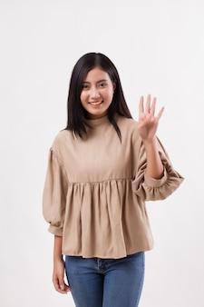 Femme pointant vers le haut de 4 doigts, geste de la main numéro deux, modèle de femme arabe asiatique