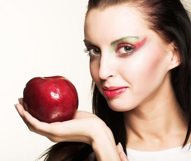 Femme, à, pomme rouge