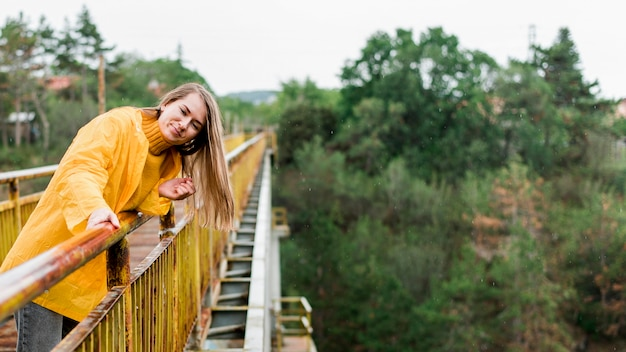 Femme sur le pont avec espace copie