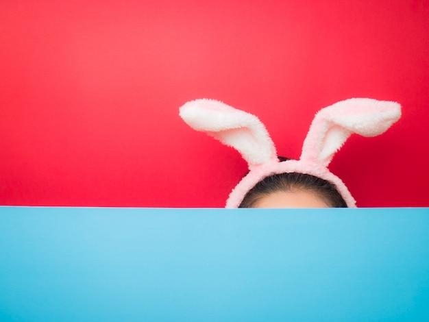 Femme portant le bandeau oreilles de lapin à pâques.