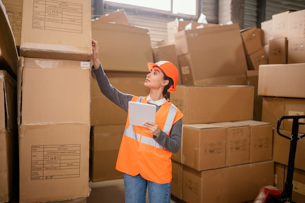 Femme portant un bonnet de sécurité au travail