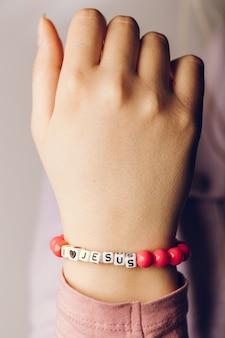 Femme portant un bracelet i love jesus