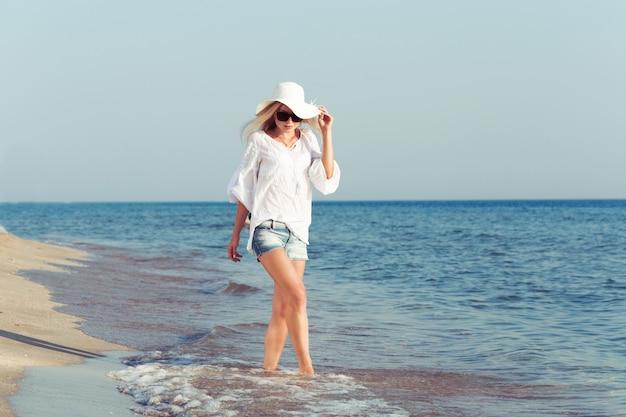 Femme portant un chapeau de paille