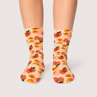 Femme portant des chaussettes abricot design mignon