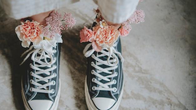 Femme portant des chaussures avec des fleurs