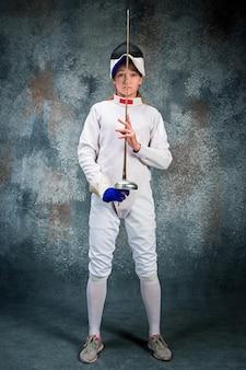 La Femme Portant Un Costume D'escrime Avec épée Photo gratuit