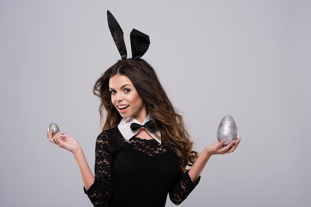 Femme portant un costume de lapin sexy