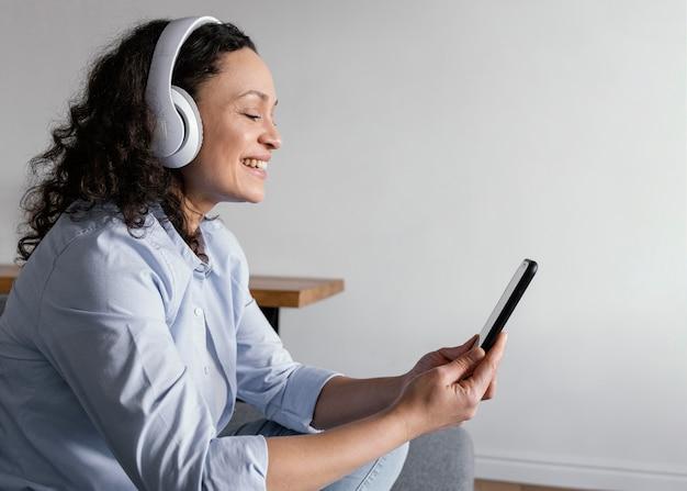 Femme portant des écouteurs coup moyen