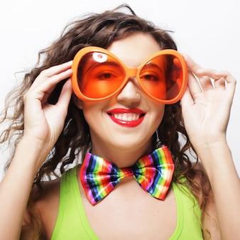 Femme portant de grandes lunettes de soleil vives