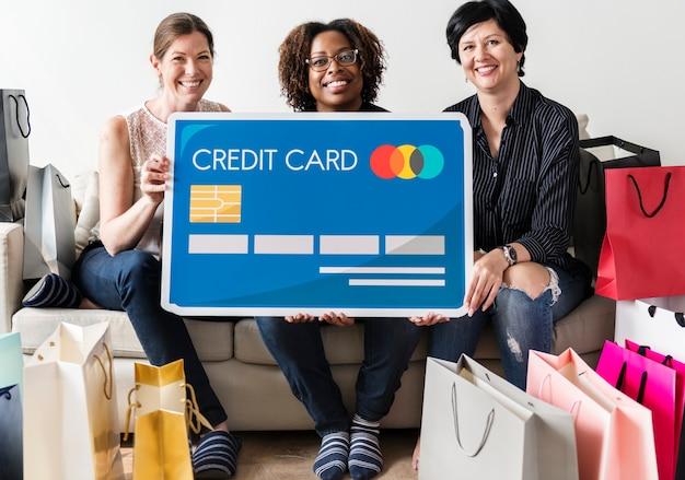Femme portant une icône de carte de crédit