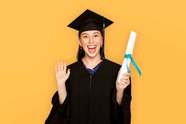 Femme portant des insignes tenant son diplôme pour l'obtention du diplôme