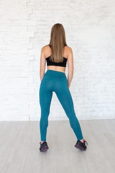 Femme portant des leggings sexy. concept de mode de vie sain. femme sport