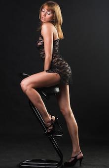 Femme portant lingerie posant