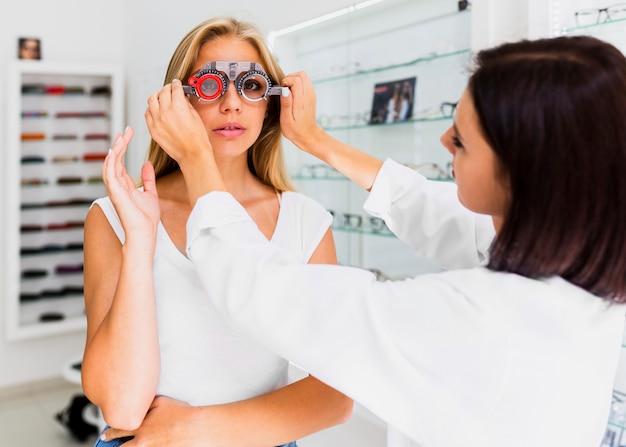Femme portant des lunettes d'essai