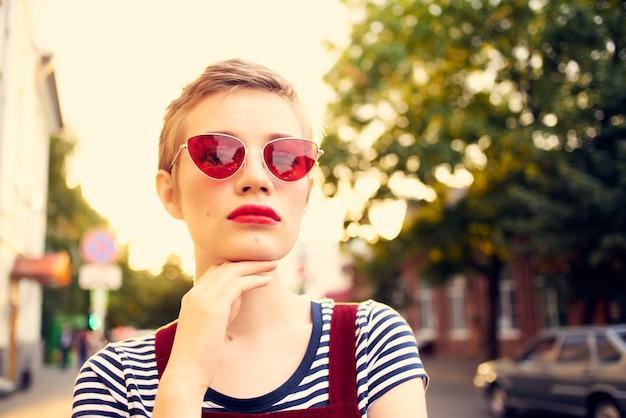 Femme portant des lunettes de soleil à l'extérieur des vacances en ville d'été
