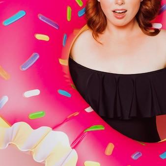 Femme portant un maillot de bain avec un anneau de bain gonflable