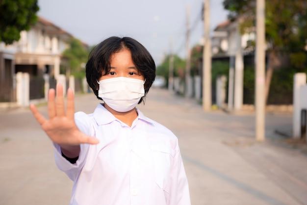 Une femme portant un masque anti-poussière