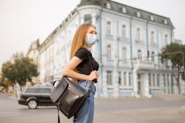 Femme portant un masque facial à l'extérieur