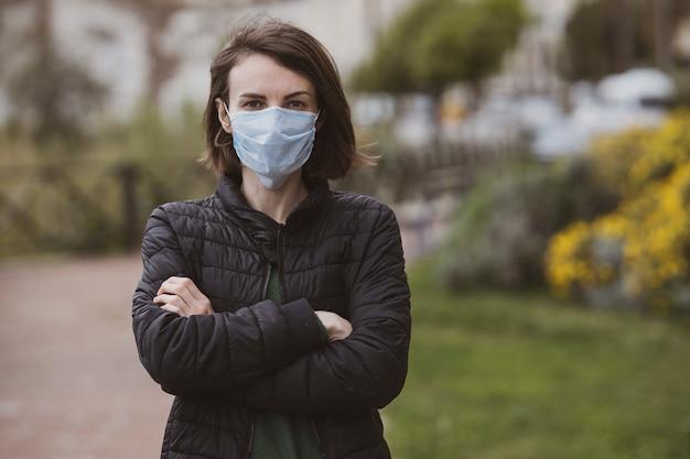 Femme portant un masque facial lors d'une épidémie de coronavirus