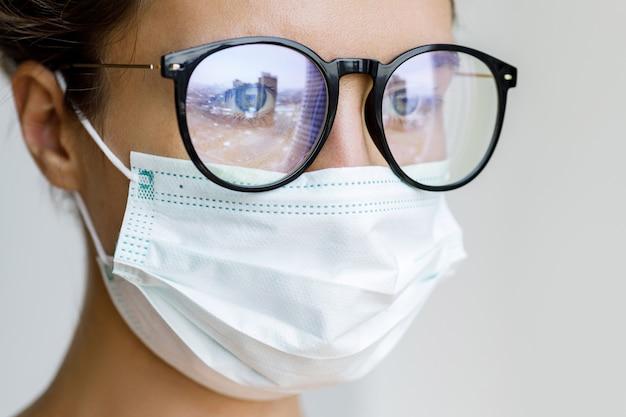 Femme portant un masque facial en raison de la qualité de l'air ou d'une épidémie de virus