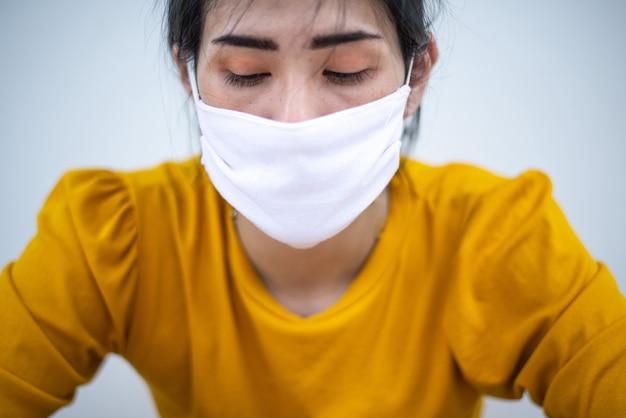 Femme portant un masque de masque chirurgical pour empêcher les autres de contracter le virus covid-19