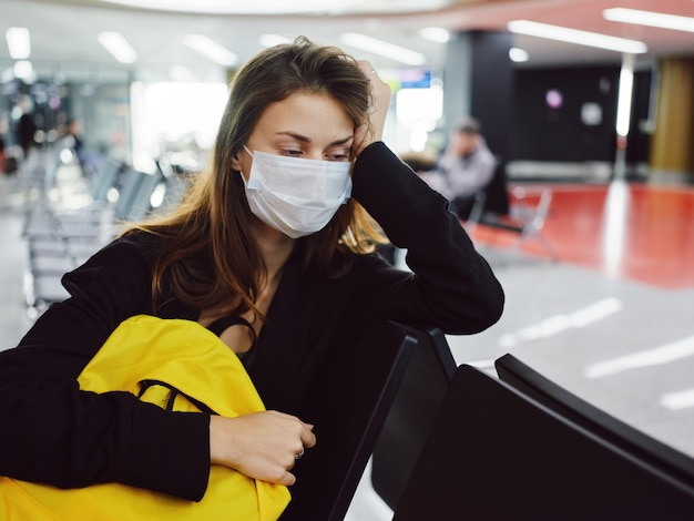 Femme portant un masque médical expression faciale fatiguée attendant les passagers