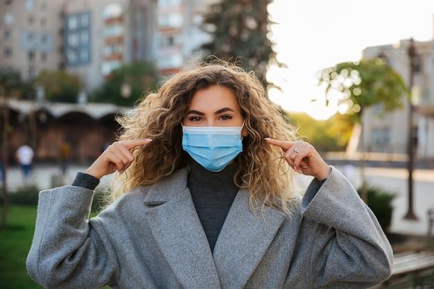 Femme portant un masque de protection contre le coronavirus. concept de pandémie et de soins de santé du coronavirus covid-19. précautions face au coronavirus