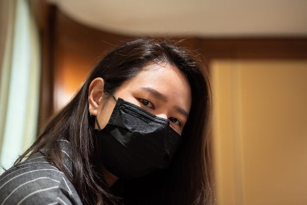 Femme portant un masque de protection contre la grippe épidémique covid19