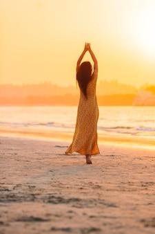 Femme portant sur la plage, profitant des vacances d'été