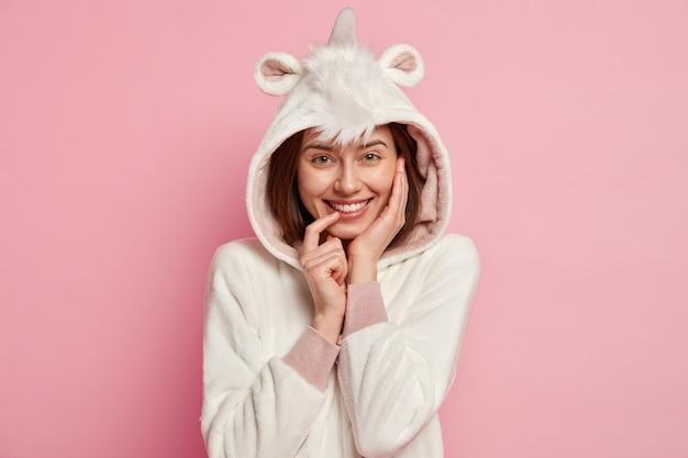 Femme portant un pyjama licorne